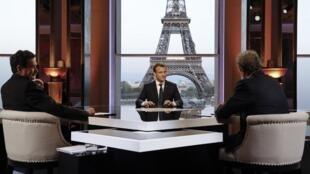 O presidente francês Emmanuel Macron (centro), perante os jornalistas Jean-Jacques Bourdin (BFM-TV) e Edwy Plenel da Mediapart, a 15 de Abril de 2018.