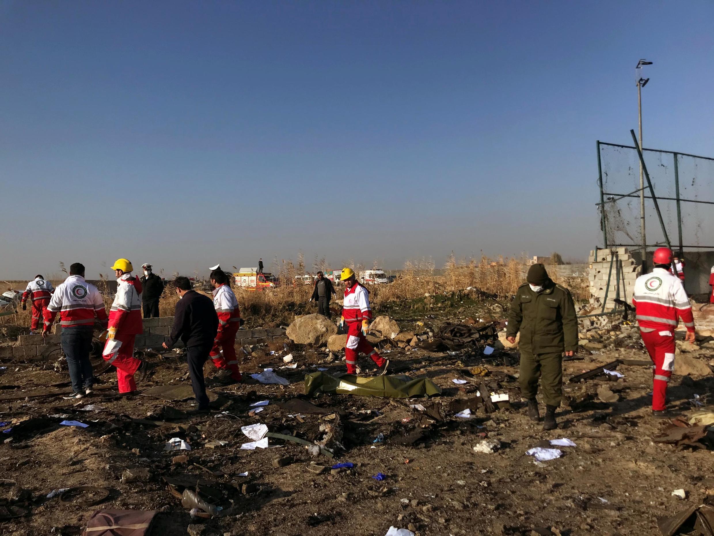 Les équipes de secours sur les lieux du crash, ce mercredi 8 janvier 2020 près de l'aéroport de Téhéran.