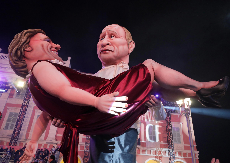 «Путин» с «Депардье» на руках –гигантские куклы на карнавале во французской Ницце 19 февраля 2019