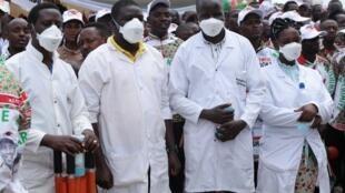Timu ya wafanyakazi wa afya kutoka moja ya hospitali mjini Bujumbura, Burundi, Aprili 27, 2020.