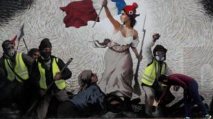 """一名男子查看模仿德拉克洛瓦""""自由引導人民""""的一幅向黃背心致敬的巨幅牆畫"""