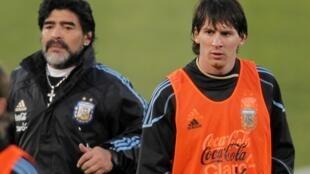 Diego Maradona y Lionel Messi durante un entrenamiento en Pretoria.