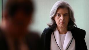 A presidente do Supremo Tribunal Federal (STF), ministra Cármen Lúcia, é pressionada para realizar rapidamente o sorteio eletrônico que definirá o relator da Operação Lava Jato