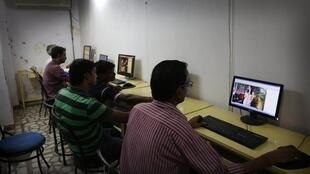 Индийская молодежь в интернет-кафе в Аллахабаде, Индия