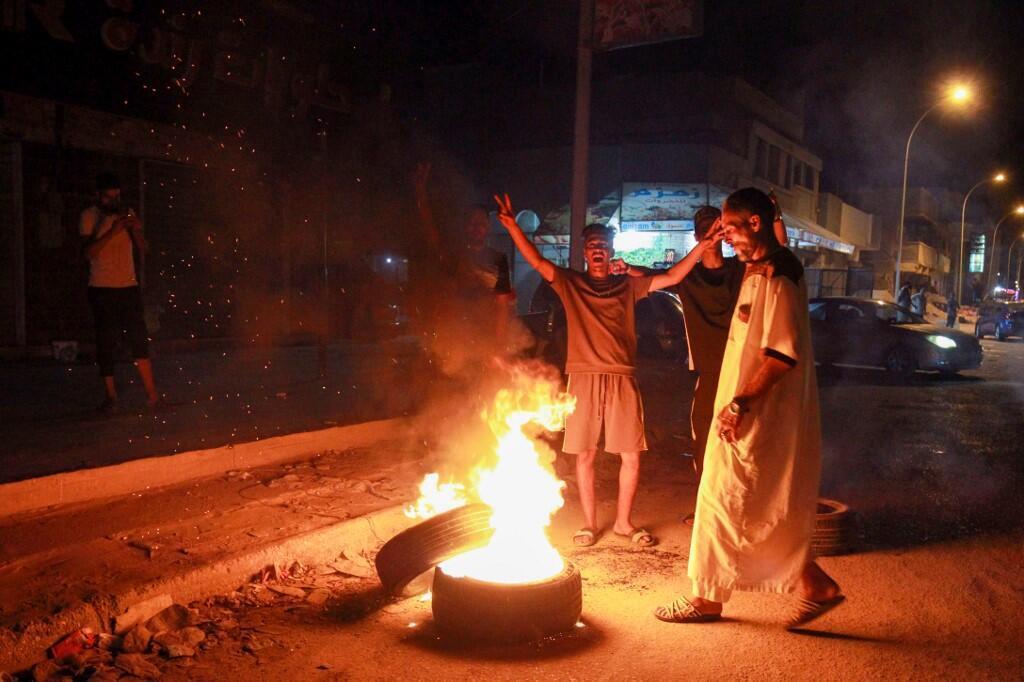 A Benghazi, des jeunes ont brûlés des pneus sur les routes dénonçant la corruption du gouvernement local et les conditions de vie, le 12 septembre 2020.