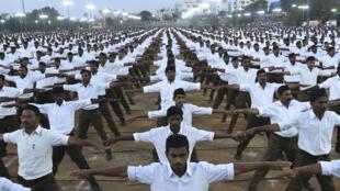 Sur cette photo prise le 25 décembre 2019, des membres du Rashtriya Swayamsevak Sangh (RSS) participent à un rassemblement en faveur de la nouvelle loi indienne sur la citoyenneté à la périphérie d'Hyderabad.