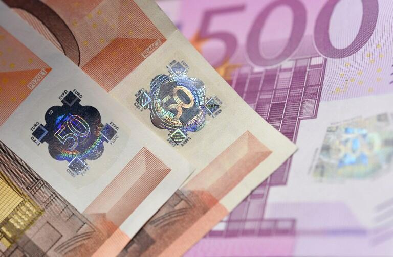 Купюра 50 евро: голограмма на подлинной (слева) и поддельной купюрах