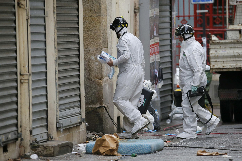 Cудебные криминалисты около здания, где в среду, 18 ноября, прошла спецоперация по захвату предполагаемого организатора терактов в Париже, Сен-Дени, 19 ноября 2015.
