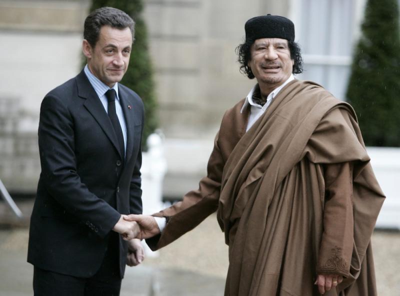 Mouammar Kadhafi à Paris avec l'ancien président de la République française, Nicolas Sarkozy.