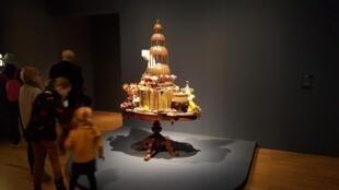 «La grande fontaine de chocolat», de Gilles Barbier, est une réflexion sur le mouvement de la vie et du temps, entre voluptés gourmandes et annonce implicite du pourrissement proche de ces biens consommables.