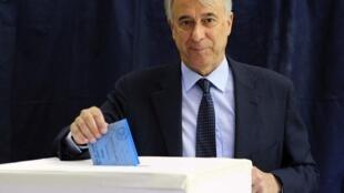 Giuliano Pisapia, le nouveau maire élu de Milan, dépose son bulletin de vote dans l'urne, lors des élections municipales à Milan, le 29 mai 2011.