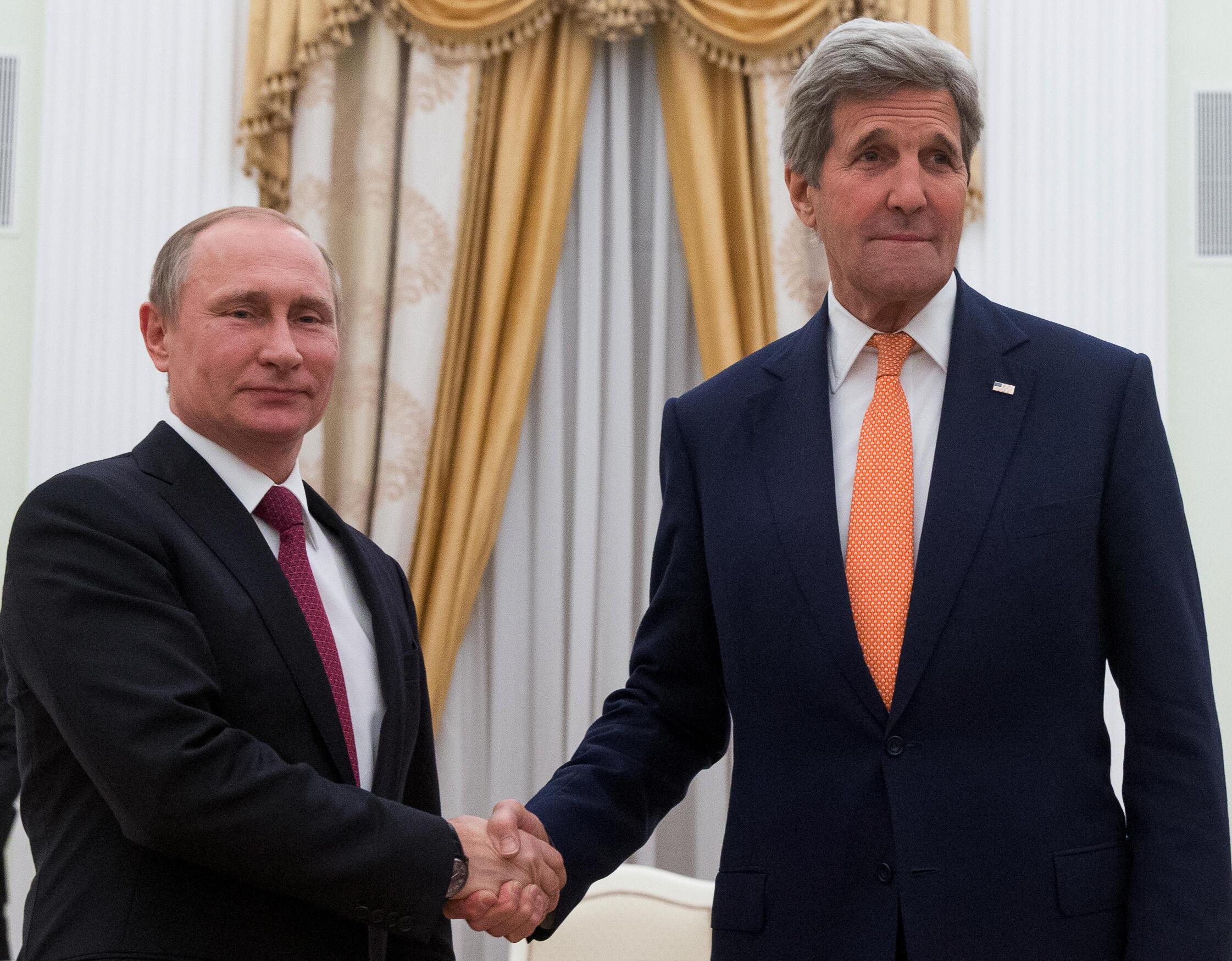 Le secrétaire d'Etat américain John Kerry (d) reçu par le président Vladimir Poutine, au Kremlin, à Moscou, le 24 mars 2016.