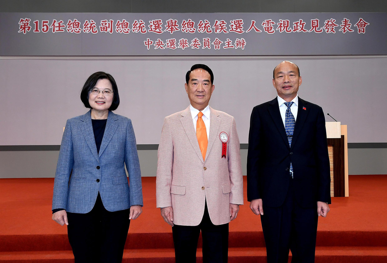Tsai Ing-wen, James Soong Chu-yu et Han Kuo-yu, les trois candidats à la présidentielle taïwanaise réunis à Taipei pour leur premier débat télévisé, le 18 décembre 2019.