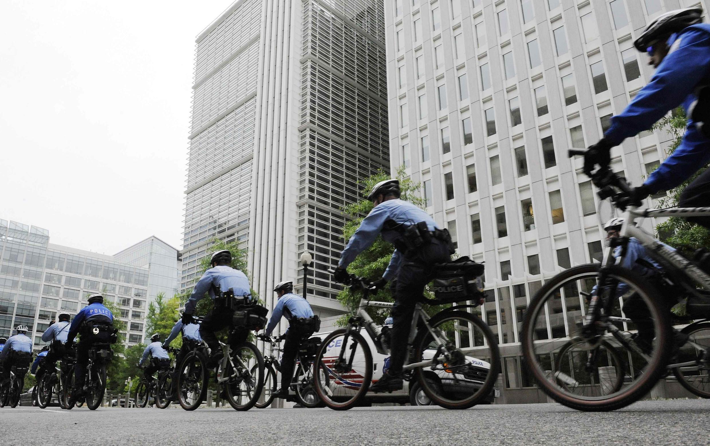 Cảnh sát Mỹ đi xe đạp tuần tra ngoài trụ sở Ngân Hàng Thế Giới ở Washington ngày 24/04/2010