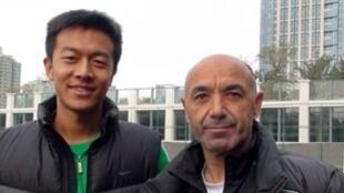 O treinador do Beijing Guaon, Jaime Pacheco com o intérprete chinês Fu Hao.