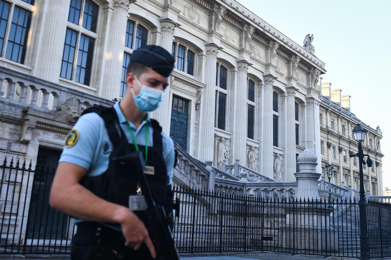Un gendarme francés patrulla frente al Palacio de Justicia de París, el 8 de septiembre de 2021, antes del inicio del juicio por los hechos de noviembre de 2015
