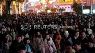 上海南京路上庆祝2019年元旦到来的人群,2018年12月31日