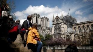 La cathédrale Notre-Dame, deux jours après un important incendie, a dévasté une grande partie de la structure gothique à Paris, en France, le 17 avril 2019.