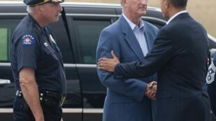 Barack Obama, en visite à Aurora dimanche 22 juillet 2012, salue le maire de la ville Steve Hogan (C) et le chef de la police Dan Oats (G)