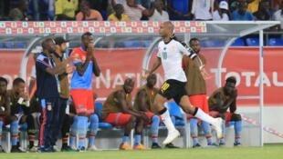 La joie de l'attaquant ghanéen, André Ayew (c), après avoir marqué le but de la victoire de son équipe face à la RD Congo, le 29 janvier 2017 à Oyem.