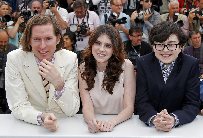 Đạo diễn Wes Anderson (T) chụp ảnh cùng các diễn viên Kara Hayward (G), Jared Gilman, Cannes, 16/05/2012