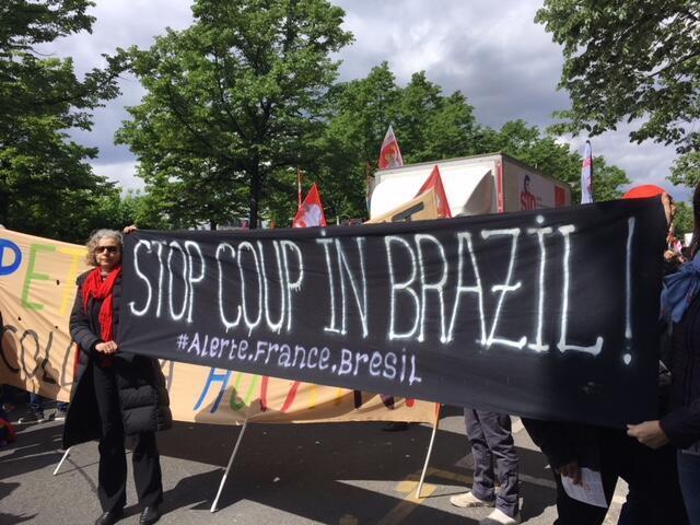 """Os manifestantes em Paris pedem, neste 1° de maio, o fim do """"golpe de Estado"""" no Brasil, iniciado com o impeachment da presidente Dilma Rousseff em agosto de 2016."""