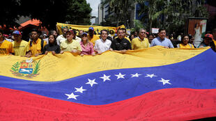 Người ủng hộ đối lập biểu tình đòi tổ chức trưng cầu dân ý phế truất tổng thống Nicolas Maduro tại Caracas, ngày 25/05/2016.