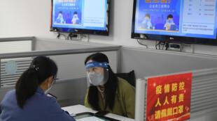 疫情下中国国内求职人员应聘资料图片
