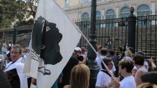 Сторонники жителей деревни Сиско перед зданием суда Бастии