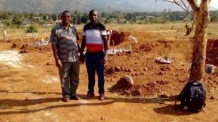 Mwanahabari wa RFI Kiswahili Fredrick Nwaka (kulia) akiwa katika eneo la Kolla Mkoani Morogoro