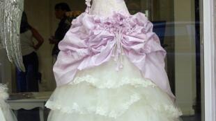 Vestido de noiva em vitrine de Paris.