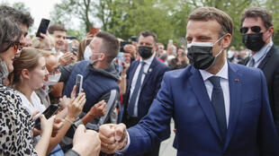 6月20日在 Touquet-Paris-Plage和选民见面的马克龙