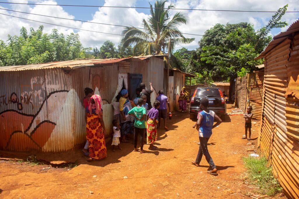 Les règles de distanciation sociale sont difficiles à suivre pour les quelque 1 000 habitants du bidonville de Karidjavendza à Kahani, sur l'île française de Mayotte, dans l'océan Indien français. Ici, le 1er avril 2020, lors du confinement.