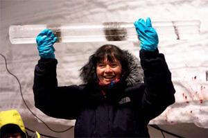 Pr Dorthe Dahl-Jensen, responsable danoise du projet NEEM, montrant la dernière carotte de glace issue du forage, à 2537,36 m sous la surface du glacier. On peut distinguer à l'intérieur les particules brunâtres issues du socle rocheux.