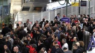 Foto de arquivo mostra passageiros esperando a chegada de um trem na Gare du Nord, em Paris - o mesmo destino do Thalys que partiu de Amsterdam e entrou em pane no norte da França,  na manhã desta segunda-feira.
