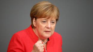 آنگلا مرکل صدراعظم آلمان، در برابر مجلس فدرال این کشور. چهارشنبه ۱٣ تیر/ ٤ ژوئیه ٢٠۱٨