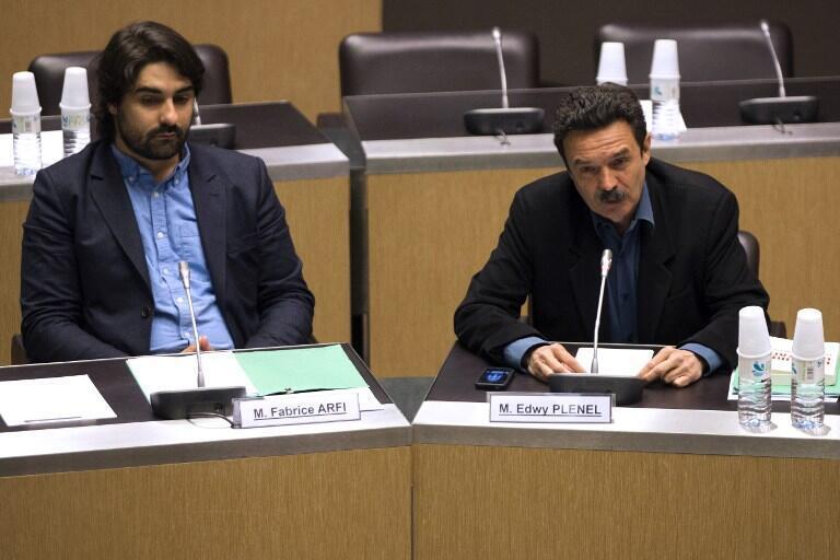 Les deux  journalistes français de Mediapart Edwy Plenel (d) et Fabrice Arfi (g) devant la commission parlementaire sur le «cas Cahuzac». Paris, le 21 mai 2013.