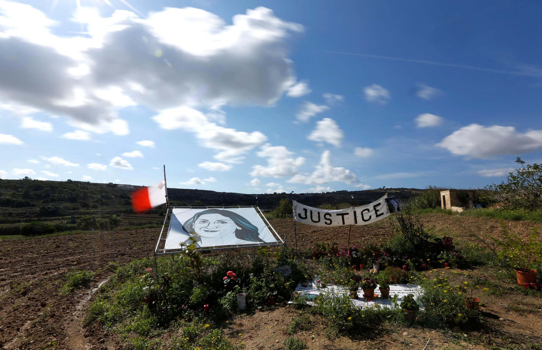 Portrait de Daphne Caruana Galizia sur les lieux de son assassinat à Bidnija, à Malte. Photo du 15 octobre 2018.