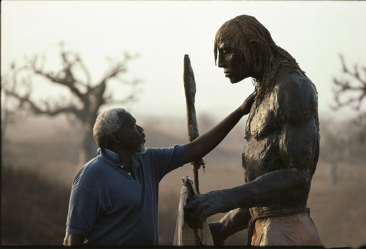 Le scultpeur sénégalais avec l'une de ses oeuvres.