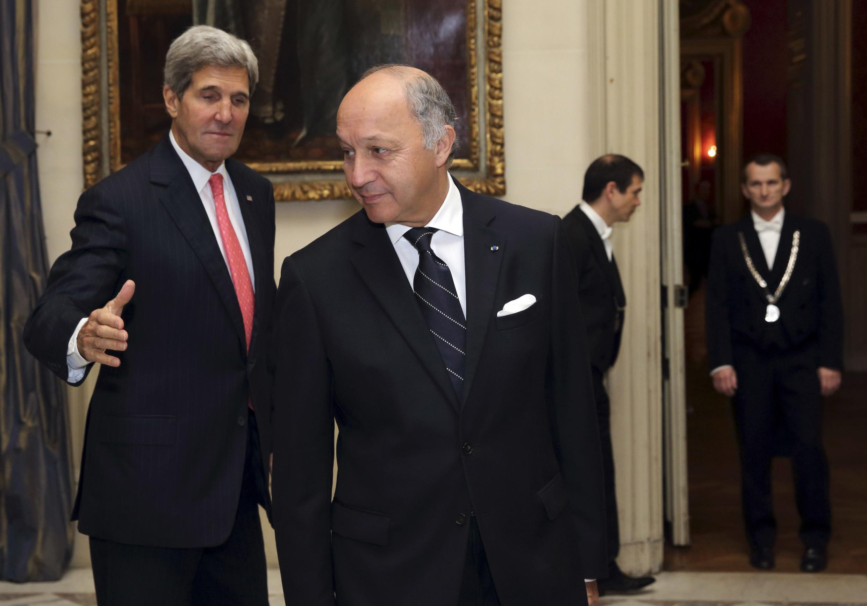 Госсекретарь США Джон Керри и глава МИД Франции Лоран Фабиус в Париже, 22 октября 2013.