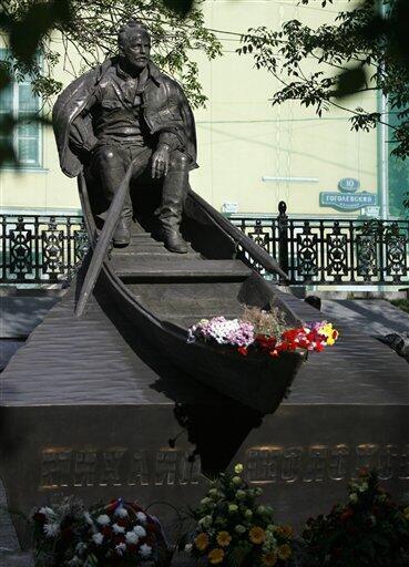 Памятник Михаилу Шолохову был открыт на Гоголевском бульваре в Москве в 2007 г.