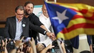 Ce 11 septembre correspond aussi au premier jour de campagne des décisives législatives anticipées. Ici, les candidats de la liste pro-independance Junts pel Si lors d'un meeting à Barcelone, le 11 septembre 2015 à Barcelone.
