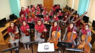 انستیتوی ملی موسیقی افغانستان  یک گروه سمفونیک دخترانه تشکیل داده است