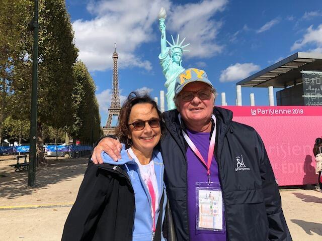 O francês Patrick Aknin, idealizador da corrida La Parisienne  ao lado de sua mulher brasileira Mara Aknin.
