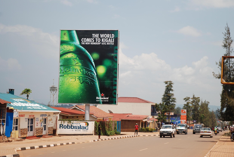 Au Rwanda, Heineken vend sa bière en grandes bouteilles.