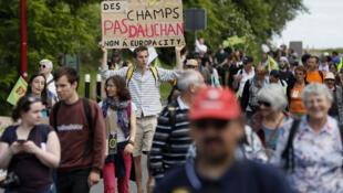 Manifestation contre EuropaCity, le projet développé par le groupe français de magasins Auchan, le 21 mai 2017 à Gonesse, au nord de Paris.