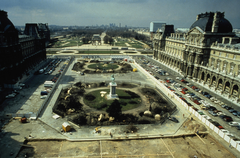Двор Наполеона до строительства пирамиды. 1984 г.