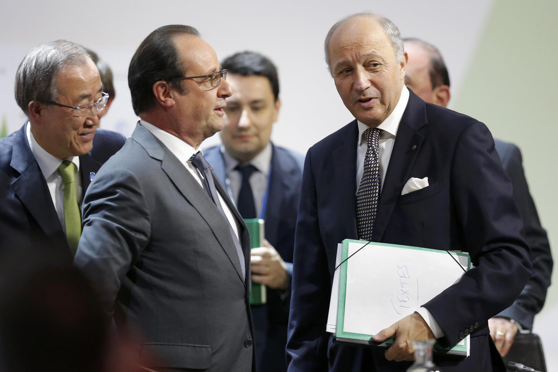 François Hollande junto ao chefe da diplomacia francesa Laurent Fabius, na COP21, a 12 de Dezembro de 2015.
