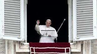 El papa saluda a los fieles en la plaza San Pedro del Vaticano, el 1 de marzo de 2020