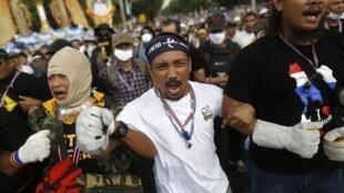 Milhares de manifestantes antigoverno protestaram nas ruas de Bangcoc nesta segunda-feira, 25 de novembro de 2013.